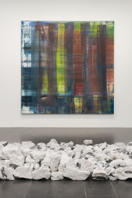 Ausstellungsansicht:  Abstraktes Bild (1992) von Gerhard Richter und Magpie line, Malmö (1985)  von Richard Long Hamburger Kunsthalle  © Gerhard Richter 2017 (14122017) / Long: © VG Bild-Kunst, Bonn 2018 Foto: Kay Riechers