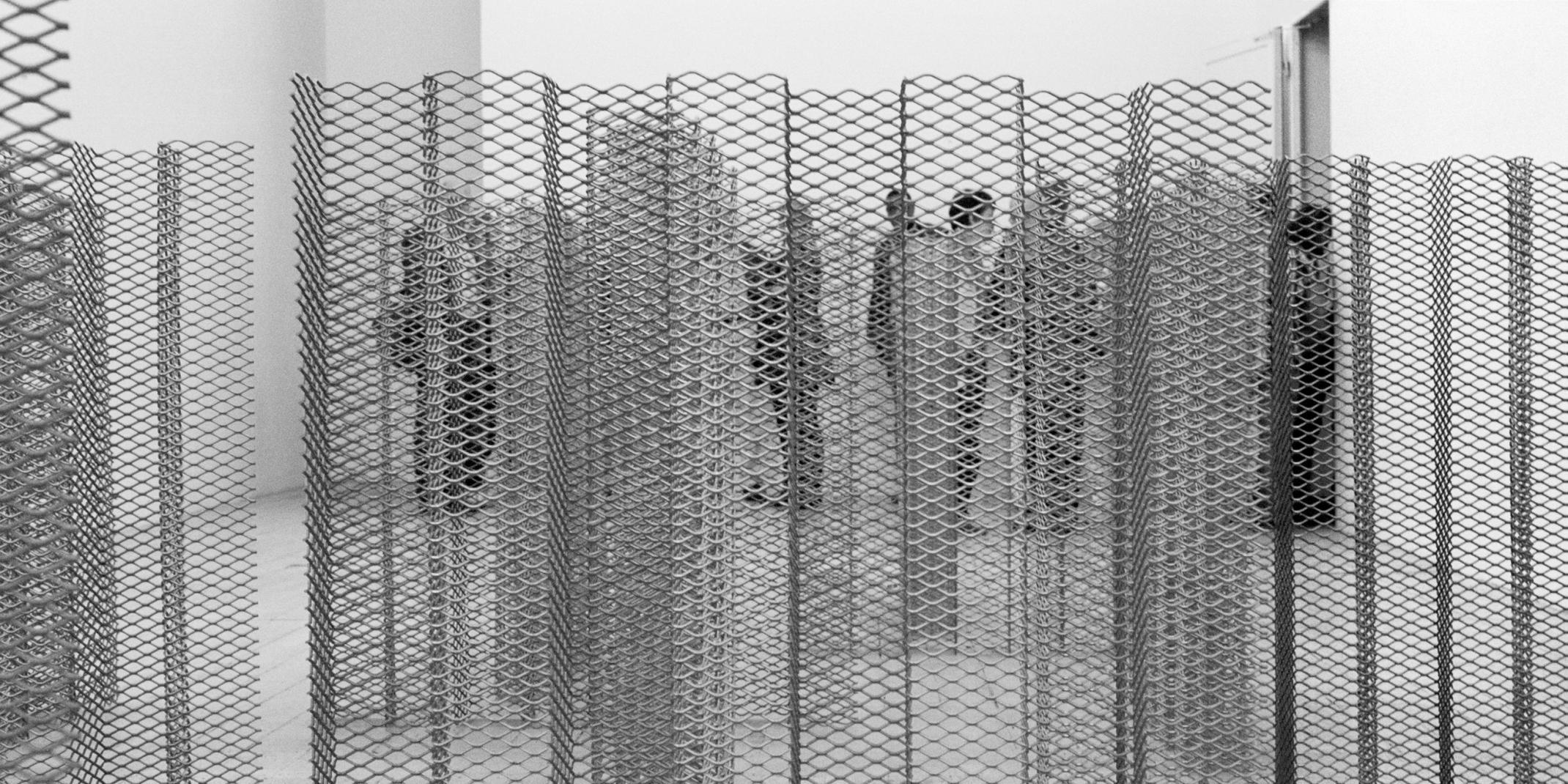Robert Morris (1931–2018) Untitled, 1968 Streck-Aluminium, 16 Teile, je 124 x 130 x 16 cm Hamburger Kunsthalle, Schenkung Susanne & Michael Liebelt, Hamburg © VG Bild-Kunst, Bonn 2021 Foto: Olaf Pascheit