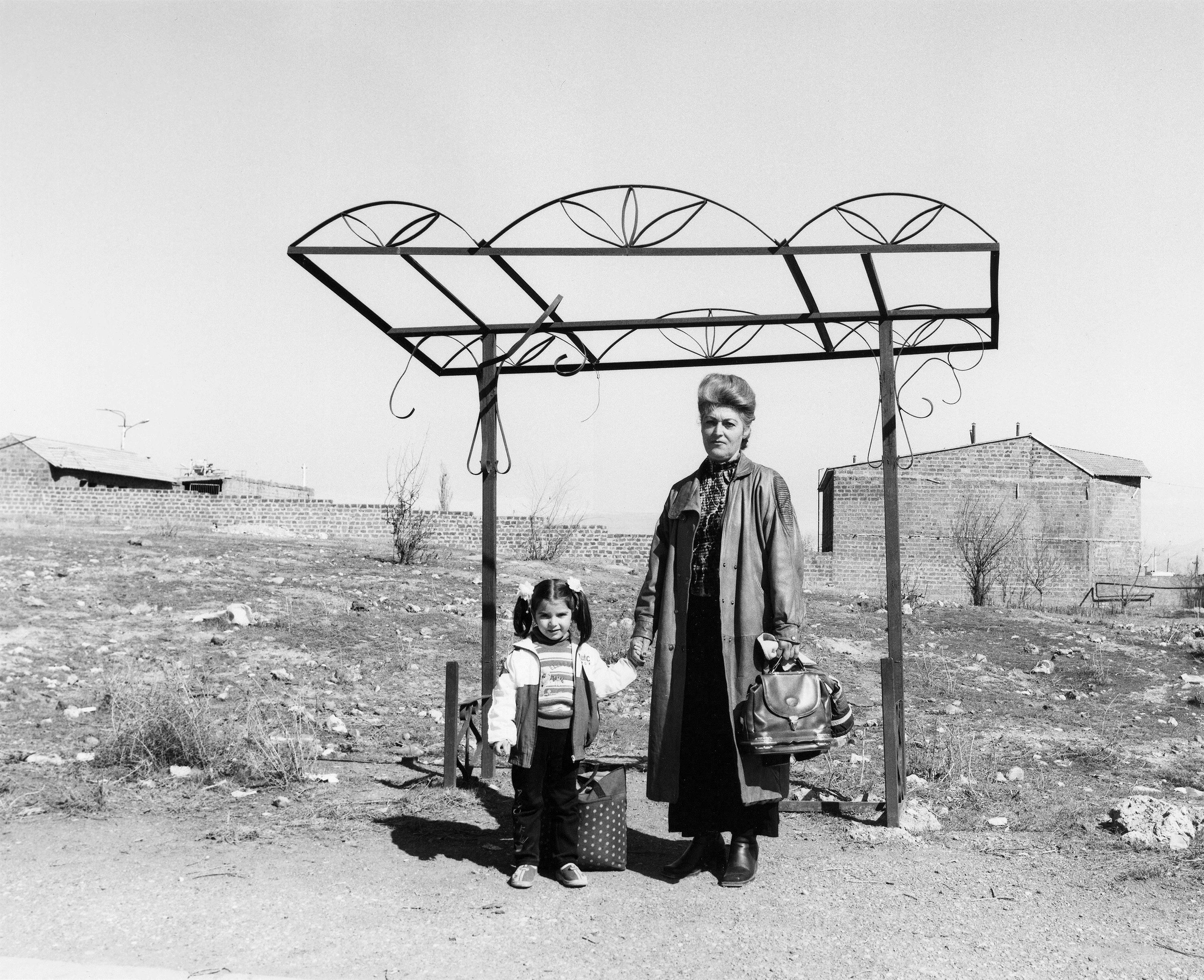 Ursula Schulz-Dornburg (*1938) Erevan-Parakar, 2004 Aus der Serie Bushaltestellen, Armenien Fotografie, Barytabzug, 30 x 40 cm © Ursula Schulz-Dornburg